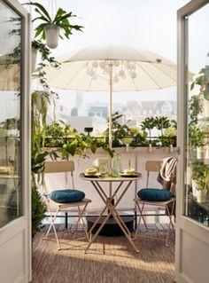 Balcony with folding SALTHOLMEN garden chairs in beige, a .- Balkon mit klappbaren SALTHOLMEN Gartenstühlen in Beige, eine kleine … Balcony with folding SALTHOLMEN garden chairs in beige, a small … - Small Balcony Garden, Outdoor Balcony, Small Patio, Outdoor Decor, Balcony Ideas, Ikea Outdoor, Small Balconies, Plants On Balcony, Narrow Patio Ideas