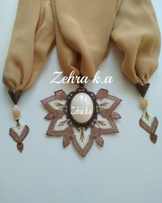 Hairstyle Trends, Moda Emo, Scarf Jewelry, Needle Lace, Bargello, Needlework, Diy And Crafts, Scarves, Brooch