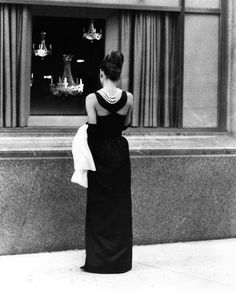 Audrey Hepburn in iconic Breakfast at Tiffany's Blake Edwards, Holly Golightly, Divas, Hollywood Glamour, Old Hollywood, Breakfast At Tiffany's Costume, Audrey Hepburn Mode, Muse, Breakfast At Tiffanys