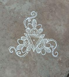 Nisha's kolam Free Hand Rangoli Design, Small Rangoli Design, Beautiful Rangoli Designs, Kolam Designs, Diwali Rangoli, Simple Rangoli, Alpona Design, Padi Kolam, Rangoli Patterns