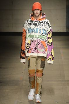 Menswear trends from London Fashion Week Men's here are the biggest men's trends from the catwalks - with the Autumn/Winter 2017 looks just below Cheap Mens Fashion, Men's Fashion, Trendy Fashion, Fashion Show, Fashion Design, Fashion Trends, Fashion Vintage, Fashion Boots, Latex Fashion