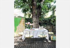 O dia está ensolarado? Vá para o jardim. Ponha a mesa para o casal e passe horas conversando sob a sombra de uma árvore. Casa da artista plástica Isabelle Tuchband  Marcelo Magnani / Casa e Jardim