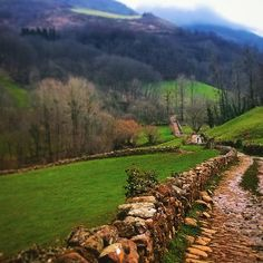 Camino de la cascada de Xorroxin, valle de Baztán. Naturaleza que emociona. (By @javierapesteguia - #Instagram) --> http://www.turismo.navarra.es/esp/organice-viaje/recurso/Actividadesdeportivas/4063/Sendero-cascada-de-Xorroxin.htm