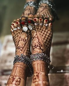 Beautiful mehendi, the anklets and the panjeb. It's difficult to describe in words the beauty of it. Picture courtesy Mehendi by . Leg Mehendi Design, Leg Mehndi, Mehndi Design Images, Mehndi Art Designs, Latest Mehndi Designs, Simple Mehndi Designs, Henna Mehndi, Henna Art, Anklet Designs