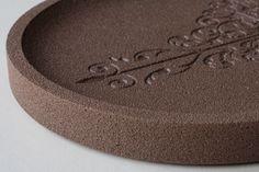 Plateau ovale gravé en béton pigmenté dans la masse Terre d'ombre calcinée croquebeton.etsy.com