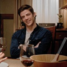Me too Barry Flash And Arrow, Foto Flash, Flashing Gif, Flash Barry Allen, Tv Show Couples, Flash Wallpaper, The Flash Grant Gustin, Black Spiderman, Snowbarry