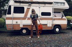Look vintage com calça flare marrom, jaqueta jeans, corrente de óculos e camiseta customizada!  Cabelo com franja para deixar tudo mais 70's ainda!