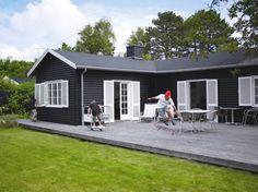 Så lækkert kan man indrette et sommerhus House Paint Exterior, Exterior House Colors, Danish House, Exterior Makeover, Forest House, Scandinavian Home, Cabana, House Painting, Black House