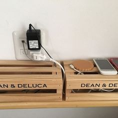 女性で、のナチュラル/雑貨/DEAN&DELUCA/配線収納/配線隠し/木箱…などについてのインテリア実例を紹介。「携帯充電コーナー☺︎ 配線がむき出しにならないようにしてます 何かで紹介されてたのを真似しました」(この写真は 2016-07-11 08:55:41 に共有されました)
