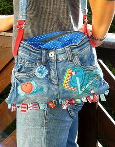 Bolsa de mezclilla con material de reuso, genial idea :)