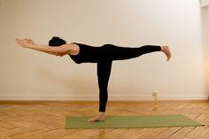 Isabelle demonstrating virabhadrasana 3 at yogagarage. Yoga in Zurich.