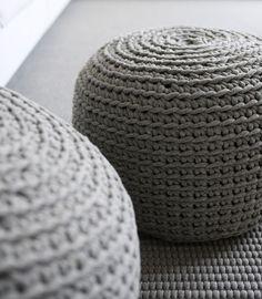 Luxe serie bestaande uit poefs en kussens. De poef is opgevuld met polystyreen bolletjes. Vaste hoes handgehaakt wollen koord. -