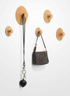 Aus massivem Eichenholz gedrechselte Wandhaken. Der NIPPLE von applicata überzeugt mit praktischem Design aus Dänemark.