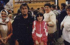 Pierre Brice bei seinem Humanitären Einsatz in Bosnien, wo er mit Freunden Nahrungsmittel und Medikamente ins Kriegsgebiet brachte und für diese armen Menschen sein Leben riskierte. Auch im echten Leben ein wahrer Held...