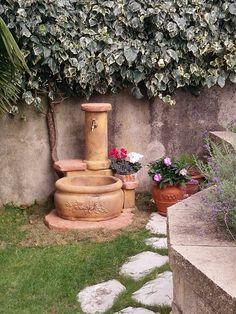 Fontana da giardino in pietra ricostruita, mod. azalea, finitura: old stone.