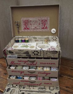 Ideas sewing kit diy storage craft rooms for 2019 Cardboard Crafts, Paper Crafts, Cardboard Boxes, Rangement Art, Vintage Sewing Box, Organize Fabric, Pretty Box, Craft Box, Sewing Accessories