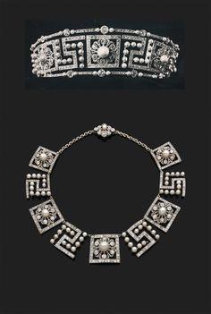 """COLLIER <br>composé d'une suite d'éléments géométriques en platine, cinq éléments centrés d'une fleur de diamants, le cœur en perles probablement fines dans une encadrement de diamants taillés en rose, alternés de quatre éléments ajourés """"à la grecque"""" en perles et frises de diamants taillés en rose. <br> <br>Ce collier provenant de l'écrin de Lady M. a été réalisé à partir d'un diadème des années 20 de la maison Cartier dont nous produisons la photographie. <br> <br>Longueur : 33 cm ..."""