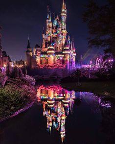 Awesome photo of the castle at night! Disney Time, Disney Art, Walt Disney, Disneyland World, Disney Background, Pinturas Disney, Disney World Magic Kingdom, Disney Phone Wallpaper, Disney Aesthetic
