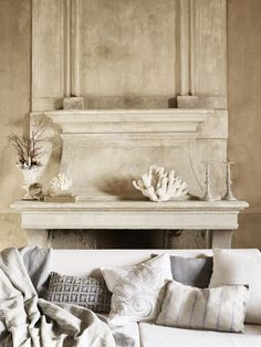 Zara Home Cabinet de Curiosités - Biel i błękit w wystroju na lato Home Fireplace, Faux Fireplace, Fireplaces, Zara Home Interiors, Home Interior Design, Interior And Exterior, Wall Unit Designs, Zara Home Collection, Tuscan House