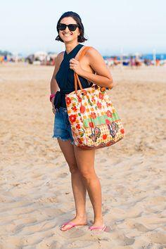 Bolsa de praia: avalie os modelos supercoloridos fotografados nas ruas do Rio