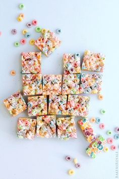 Cereal Marshmallow Bars ~ A rainbow dessert, that can pull double duty as a St. Patrick's Day or Easter dessert. Cereal Treats, Cereal Bars, Kashi Cereal, Paleo Cereal, Quinoa Cereal, Trix Cereal, Baby Cereal, Granola Cereal, Healthy Cereal