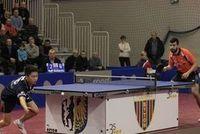 Pojedynek nr V piątkowego wieczoru, który zadecydował o całym spotkaniu - Niagol Stoyanov (z prawej) pokonał 3 - 2 Pan Denga (9:11; 11:4; 10:12; 11:5; 11:2) i dwa punkty pozostały w Bytomiu. fot.Piotr A. Jeleń