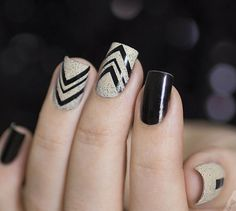 Elegant looking winter nail art in black and white polish. You can also add clear glitter polish on top to add accent to the design. Source