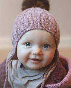 Skjønneste Helene i #duskelue som hun fikk i julegave fra mormoren sin :) Oppskrift finner du i den første boka vår. #klompelompe #klompelompebok1 Cutest little Helene in a beanie from our first book.