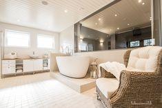 Suuresta ikkunasta voi katsella elokuvaa saunasta käsin Sweet Home, Bathroom, Bathtub