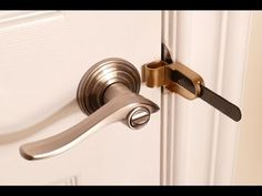 Knowing you can stop a burglar from opening your hotel room door might increase your peace of mind. A travel door lock stops entry into your hotel room, even if someone has a key. Door Security Devices, Security Door, Home Security Tips, Home Security Systems, Hotel Door Locks, Cool Lock, Diy Lock, Smart Door Locks, Apartment Door