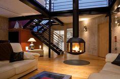 La cheminée centrale, une bonne idée pour séparer une pièce et donner du caractère !