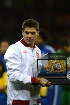 Footballer Steven Gerrard receives an award on the occasion of his cap for the England national side France Football, England Football, Liverpool Football Club, Liverpool Fc, Football Team, Stevie G, Captain Fantastic, Occasion Hats, England National