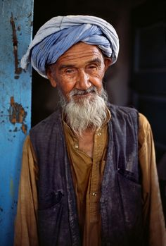 The Spirit of Afghanistan - Kabul - Steve McCurry Color Photography, Amazing Photography, Portrait Photography, People Photography, Steve Mccurry Portraits, World Press Photo, Art Through The Ages, Afghan Girl, Old Faces