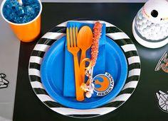 BirthdayExpress Blue Lightning Cupcake Wrapper /& Box Kit