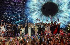 Les dix derniers finalistes de l'Eurovision célèbrent leur qualification, jeudi soir, à Vienne.Photo: Kerstin Joensson