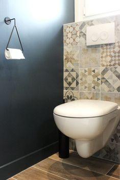 Toilet Tiles Design, Wc Design, Bathroom Tile Designs, Bathroom Design Luxury, Bathroom Interior, Guest Toilet, Downstairs Toilet, Home Decor Inspiration, Small Bathroom