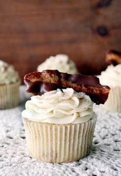 French Toast Cupcakes with Maple Buttercream Frosting and Chocolate-Dipped Bacon to be exact. These are the cupcakes that I made for Fabie. No Bake Desserts, Just Desserts, Delicious Desserts, Dessert Healthy, Yummy Food, Cupcake Recipes, Cupcake Cakes, Dessert Recipes, Baby Cakes