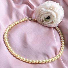 """""""Zrátaj všetky moje vášne, čo Ti prejdú cez ruky"""", spieva Richard Müller v jednej zo svojich piesní. Presne 57 vášní, v podobe morských perál Akoya, môžete porátať v noblesnom náhrdelníku Gradation, ktorého nádhera každou ďalšou perlou stúpa. Ušľachtilosť, grácia, pôvab, opuncované žltým zlatom, môžu byť predohrou k zážitkom, spájajúcimi sa so šperkom s trvalým významom, hodným stať sa nositeľom myšlienky odovzdávania z generácie na generáciu. Pearl Necklace, Glamour, Pearls, Jewelry, String Of Pearls, Jewlery, Jewerly, Beads, Schmuck"""