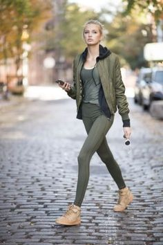 Romee Strijd from December 2016 Horoscopes This year hasn't been the best for you, but you're about to get back on track. Suit up in some sturdy but comfortable army-green leggings—you're going straight down to business. Sport Fashion, Teen Fashion, Fashion Models, Fashion Outfits, Womens Fashion, Fashion Trends, Leggings Verdes, Athleisure, Outfit 2017