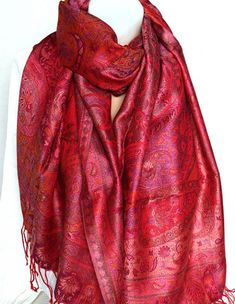 b5feedbdbb11 Cette étole en soie mélangée est un très bel accessoire de couleur rouge  accompagné de motifs roses. L étole est douce. C est une écharpe chic qui  apportera ...