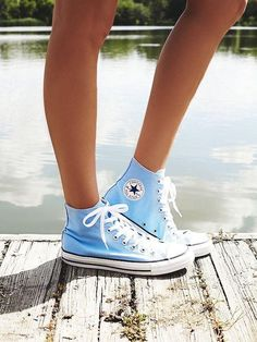 Chuck Taylor All Star Hi Top Converse Sneakers - Schuhe Damen Converse Outfits, Sneaker Outfits, Converse Bleu, Converse Haute, Hi Top Converse, Converse Sneakers, Light Blue Converse, Jean Outfits, Cute Converse Shoes