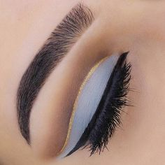 love the pop of gold in the crease