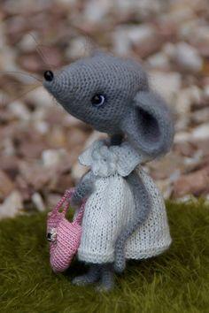 Sofia by Berta Hesen-Minten - Bear Pile Crochet Mouse, Cute Crochet, Vintage Crochet, Crochet Hooks, Knit Crochet, Knitting Patterns, Crochet Patterns, Softie Pattern, Cat Mouse
