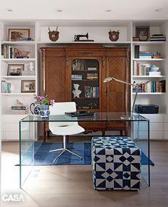ARMÁRIO ANTIGO (AO FUNDO)* MESA (TODA DE VIDRO)*  8 estantes para expor livros e objetos (com duas opções econômicas) - Casa