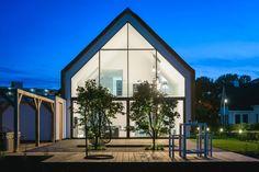 Modern Villa in Maasluis, Holland by JURY! Architecture . Urbanism . Design | Glazen gevel, vliesgevel, rieten kap, vide, hanglamp moderne architectuur, modern landelijk, architect Rob Reintjes, villa, Maassluis, Modern House