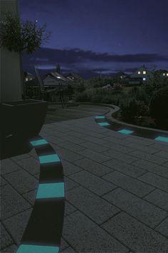 NighTec-Pflastersteine von KANN - Die im Beton enthaltenen Leuchtkristalle geben die tagsüber gespeicherte Energie nachts als sichtbares Leuchten wieder ab. Alles ohne komplizierte Technik.