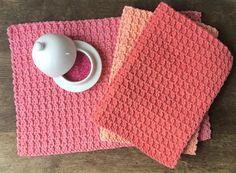 DES SETS DE TABLE POUR LE GOÛTER Picnic Blanket, Outdoor Blanket, Diy Crochet, Straw Bag, Textiles, Deco, Knitting, Stephanie Bricole, Magazine
