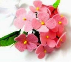 Lépésről-lépésre nyomon követhető az alábbi képsoron ennek a bájos virágnak a készítése. Alapanyagként rózsaszín, vagy halványlila filcre,...