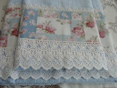 Imagem do Pin Guest Towels, Tea Towels, Shabby Chic Cushions, Sewing Crafts, Sewing Projects, Decorative Hand Towels, Crochet Market Bag, Table Runner And Placemats, Embroidered Towels