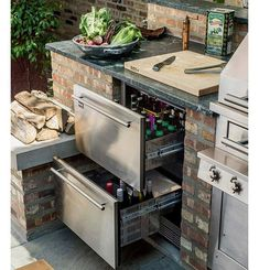 This outdoor kitchen set-up keeps beer and other refreshments at the ready with refrigerated drawers. The post This outdoor kitchen set-up keeps beer and other refreshments at the ready with appeared first on aubenkuche. Outdoor Kitchen Countertops, Backyard Kitchen, Outdoor Kitchen Design, Backyard Patio, Corian Countertops, Backyard Barbeque, Desert Backyard, Outdoor Barbeque, Outdoor Kitchen Bars